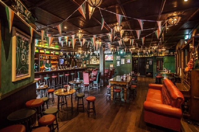 The Differences Between Pubs and Bars